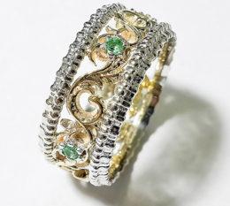 Обручальное золотое кольцо с изумрудами